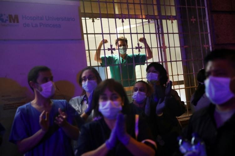 <p>Diğer taraftan, birçoğunun corona virüse yakalanarak hastalanan sağlık çalışanları da hükümeti yeterli önlem almadığı için eleştiriyor. Madrid'deki bir hastanenin acil servisinde çalişan doktor Luis Diaz İzkuyerdo, 80 hasta kapasitesi olan bölümde 280 hastaya bakmak zorunda kaldıklarına dikkat çekerek şu açıklamayı yaptı:</p>