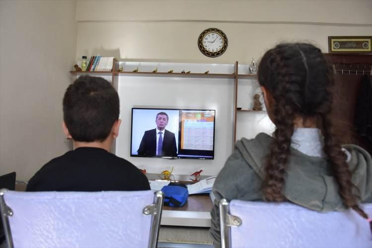 <p>Evde okul ortamı oluşturan aileler, masa ve sandalye kurarak öğrencilerin rahat bir şekilde ders işlemelerine olanak sağladı.</p>