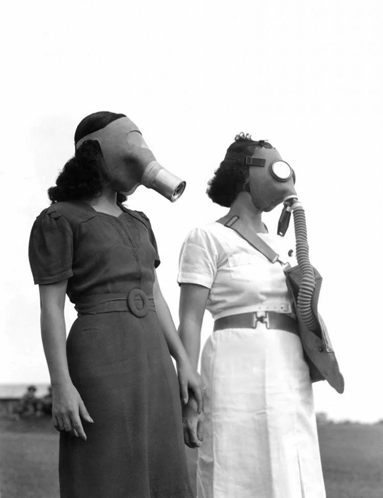<p>Gaz maskeli Filipinli kadınlar, başkent Manila'da bomba sığınağına giderken, 1941</p>  <p></p>