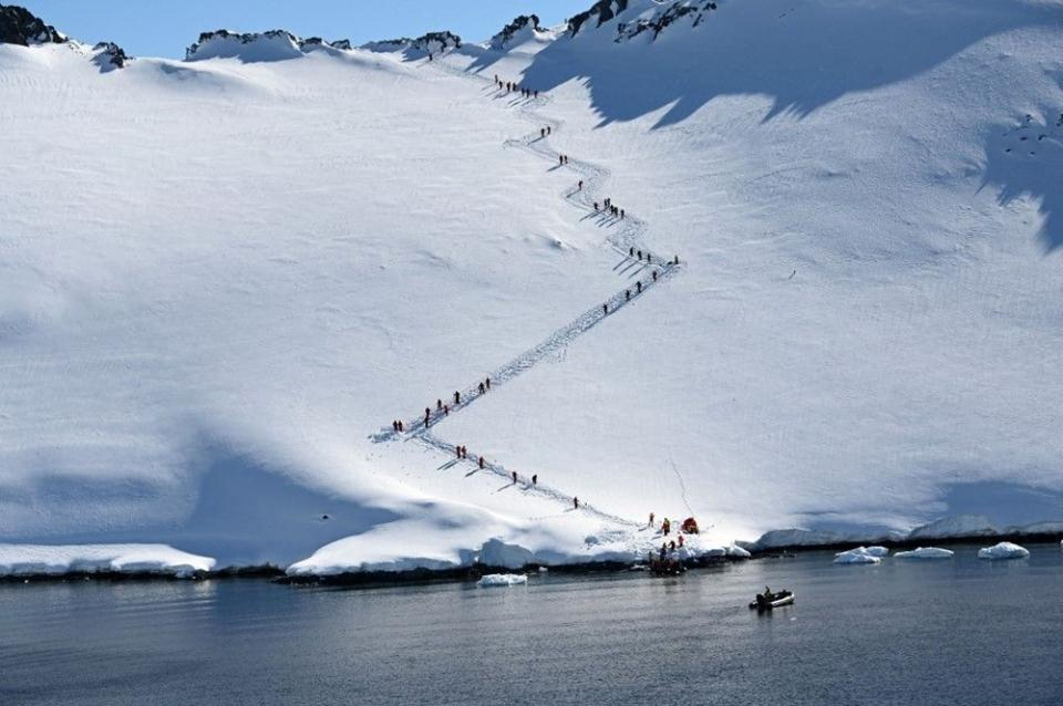 <p>Yeni tip Corona virüs (Covid-19) krizini yaklaşık 4 bin kişi dünyanın çok uzak bir köşesinden takip ederek, anlamaya çalışıyor. Soğuk havada yaşama şansı daha fazla bulan corona virüsün şu anda tek görülmediği yer Antarktika: Neredeyse tamanı buz ve karla kaplı.</p>  <p></p>