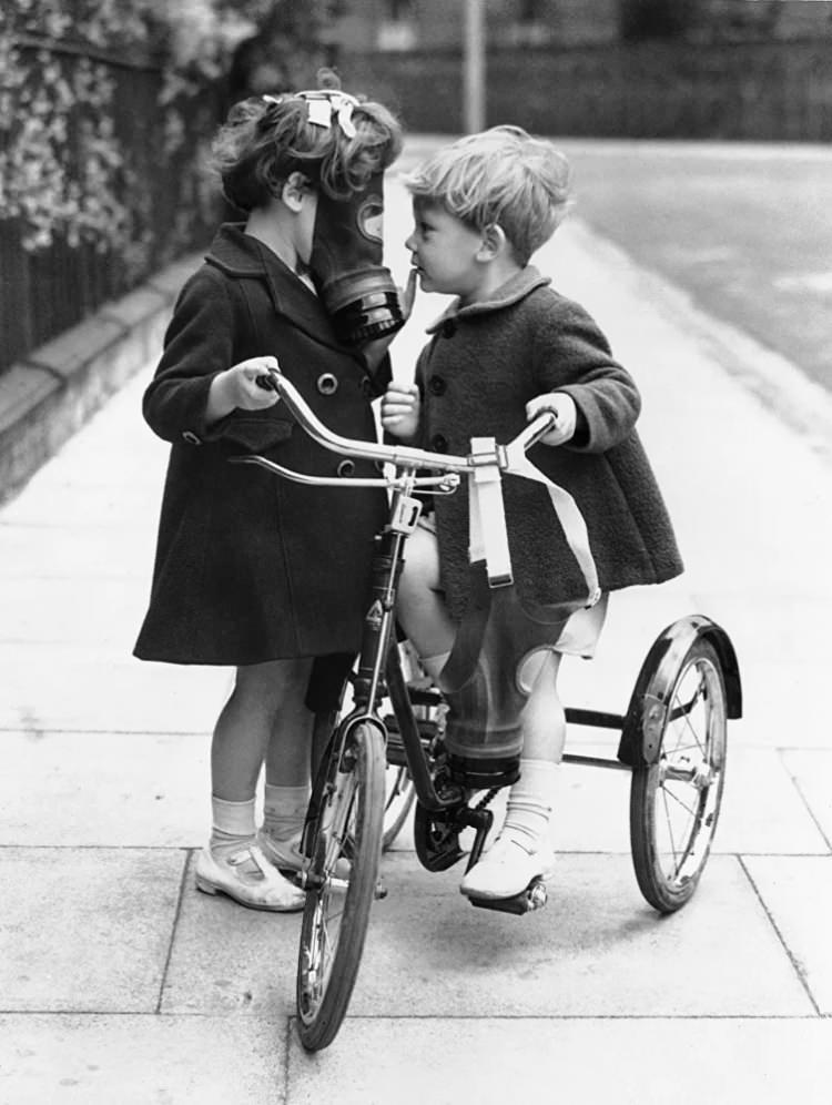 <p>Olası hava saldırısına karşı yanında gaz maskelerini taşıyan çocuklar, Hackney, İngiltere, 1938</p>  <p></p>