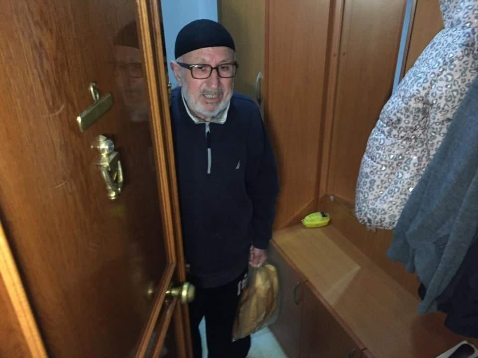 """<p>İstanbul dışında ikamet edip, çeşitli nedenlerden dolayı İstanbul'a gelen ve yaşadığı şehre gitmek isteyen vatandaşlar için """"Seyahat İzin Belgesi"""" veriliyor. Çağrı merkezine ulaşarak formu dolduran 65 yaş ve üzeri ile kronik rahatsızlığı olan vatandaşlar uygun görülmesi durumunda yaşadıkları şehirlere gidebiliyor.</p>  <p></p>"""