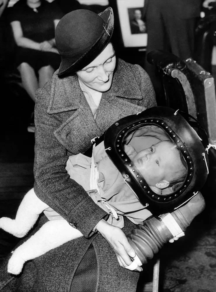 <p>Çocuk başlığı olarak bilinen ve iki yaşından küçük bebekler için tasarlanan gaz maskesi, ilk kez 13 Mart 1939 tarihinde Londra'da tanıtıldı.</p>  <p></p>