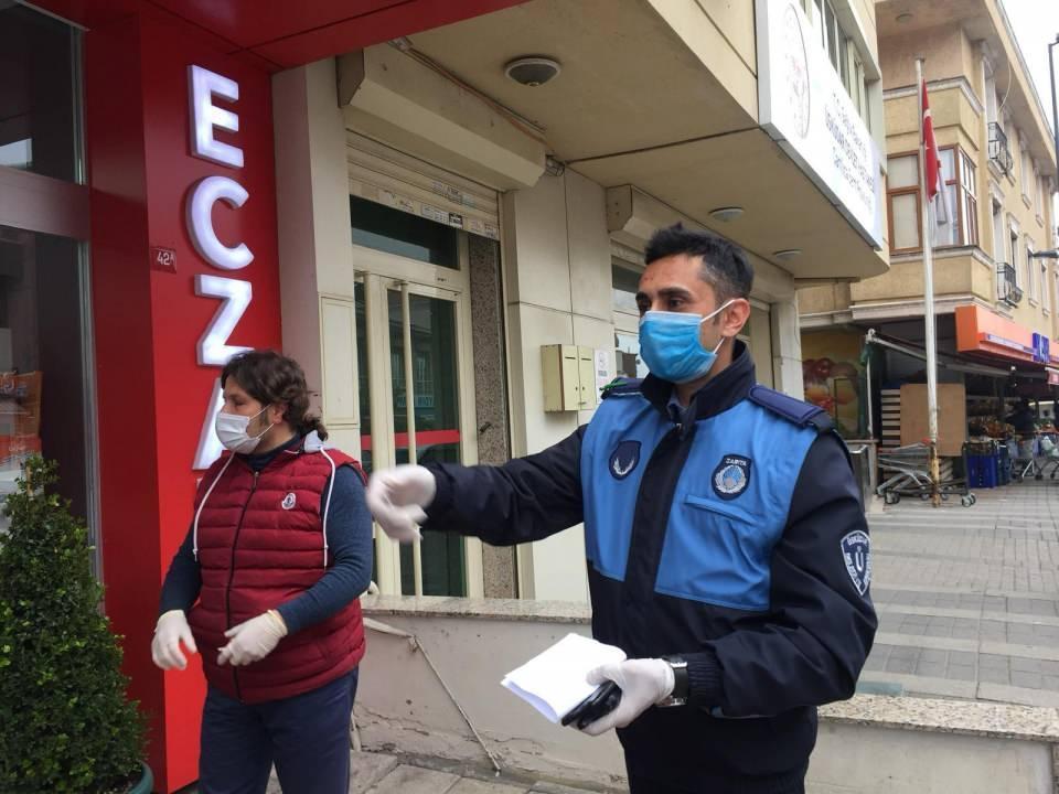"""<p>Koronavirüs salgını tedbirleri kapsamında sokağa çıkması kısıtlanan 65 yaş ve üzeri vatandaşlar için İstanbul Valiliği koordinesinde kurulan """"Vefa İletişim Merkezleri"""" hizmete girdi . 39 ilçede kurulan çağrı merkezleri için kaymakamlıklar ve ilçe belediyeleri koordineli çalışıyor. Yalnız yaşayan veya çeşitli sebeplerden dolayı dışarı çıkamayan vatandaşlar 24 saat boyunca çağrı merkezlerini arayarak taleplerini iletebiliyor. Sahada bulunan İstanbul Valiliği Aile, Çalışma ve Sosyal Hizmetler İl Müdürlüğü ekipleri, ilçe zabıta ekipleri ve güvenlik güçleri bu ihtiyaçları karşılayarak, talepleri yerine getiriyor. Ayrıca yalnız yaşayan vatandaşların talepleri olmaması durumunda dahi o mahalledeki muhtar ve cami görevlileri vatandaşlara ulaşarak ihtiyaçları olup olmadığını soruyor.</p>  <p></p>"""