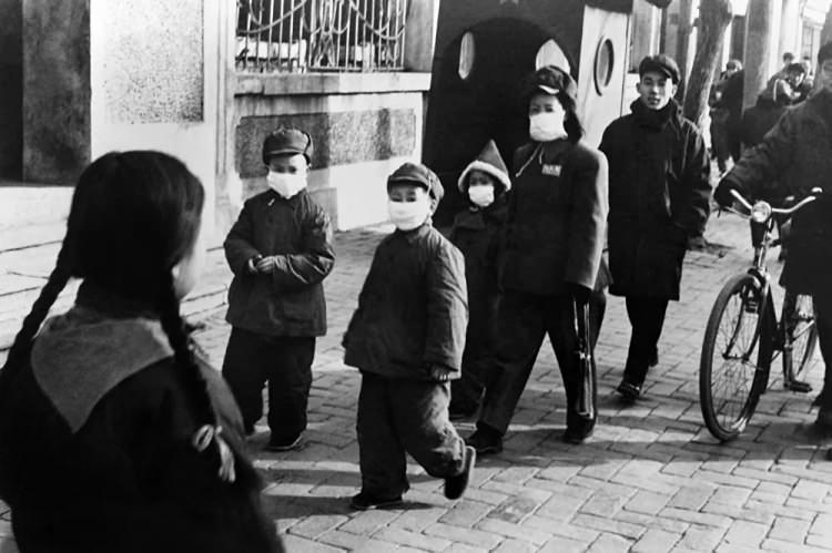 <p>Çin'in başkenti Pekin'de koruyucu maske takan insanlar, 1954</p>  <p></p>