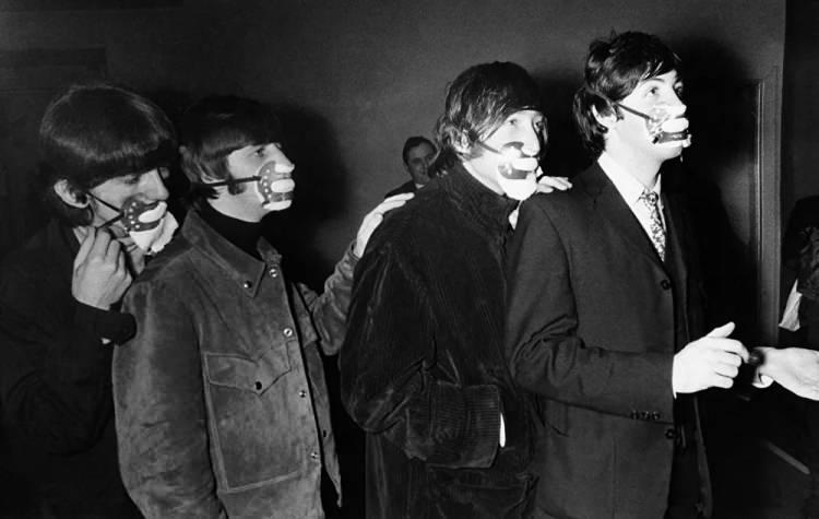 <p>Smoga karşı yüz maskeleri takan Beatles grubunun üyeleri, Manchester, 1965</p>  <p></p>