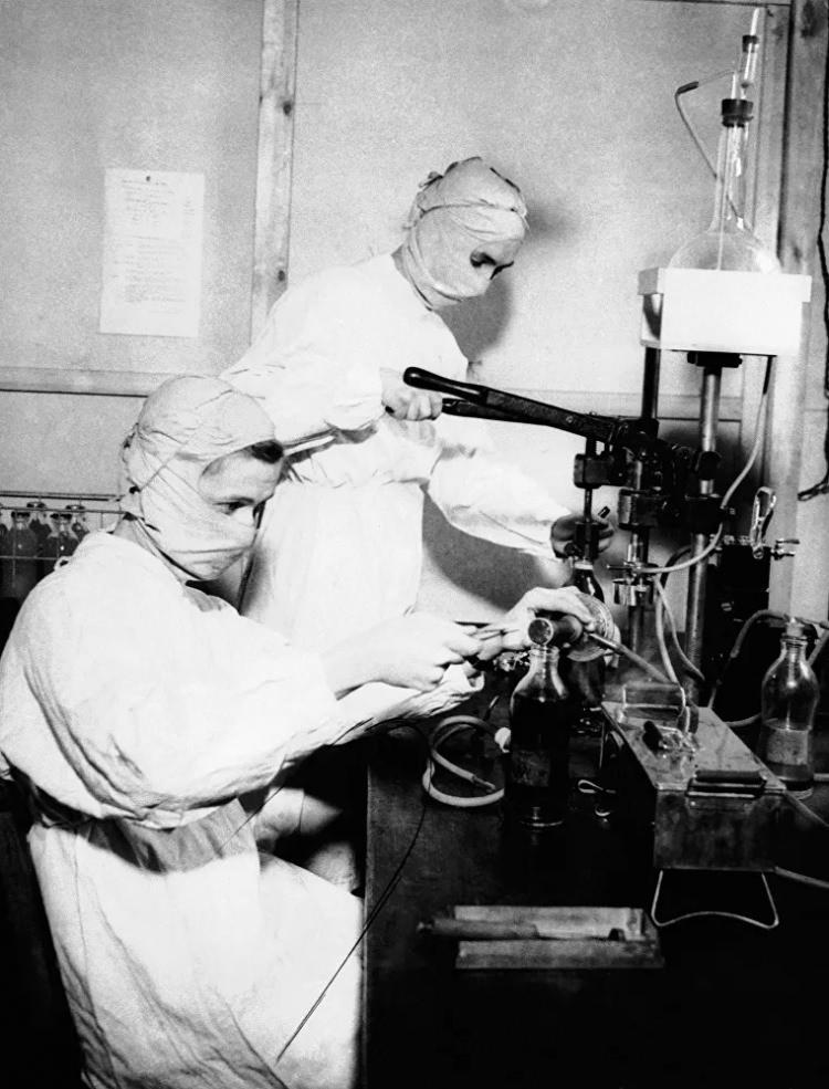 <p>İngiltere'deki bir hastanede çalışan koruyucu maskeli hemşireler, 1943</p>  <p></p>