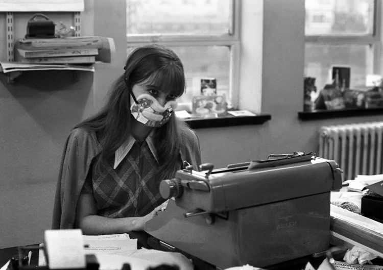 <p>Londra'da grip salgını sırasında koruyucu maske takan ofis çalışanı, 1970</p>  <p></p>