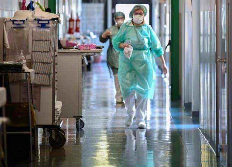 <p><strong>ORTA AVRUPA'DA VAKA VE ÖLÜ SAYILARINDA YÜKSELİŞ</strong><br /> <br /> Virüsün İtalya'da hızla yayılmasının ardından Orta Avrupa'daki vaka sayılarında da yükseliş gözlemlendi. Almanya'da vaka sayısı 57 bin 695'e yükselirken; 433 kişinin hayatını kaybettiği duyuruldu. Öte yandan, Fransa'da 38 bin 105 kişide virüs tespit edildiği ve 2 bin 317 kişinin hayatını kaybettiği belirtildi.</p>