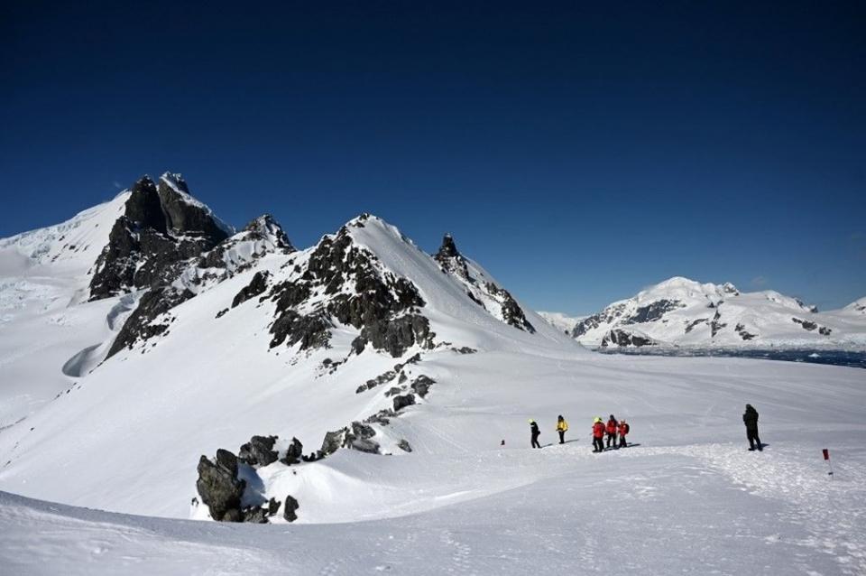 <p>Şu anda Antarktika kıtasında 28 ülkenin araştırma istasyonları bulunuyor. En büyük istasyon ise ABD'ye ait bulunuyor. Antarktika'nın Ross Ice Shelf bölgesinde bulunan McMurdo İstasyonu'nda bin kişi yaşıyor. Buraya gelenler bir ya da iki dönem kalıyor ve araştırmalara katkıda bulunuyor.</p>  <p></p>