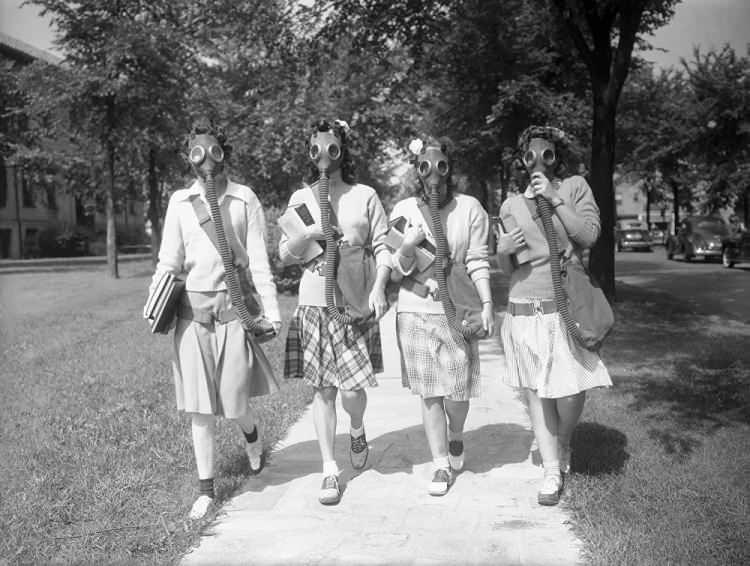 <p>ABD'deki Detroit Üniversitesi'nin kız öğrencileri gaz maskelerini test ediyor, 1942</p>  <p></p>