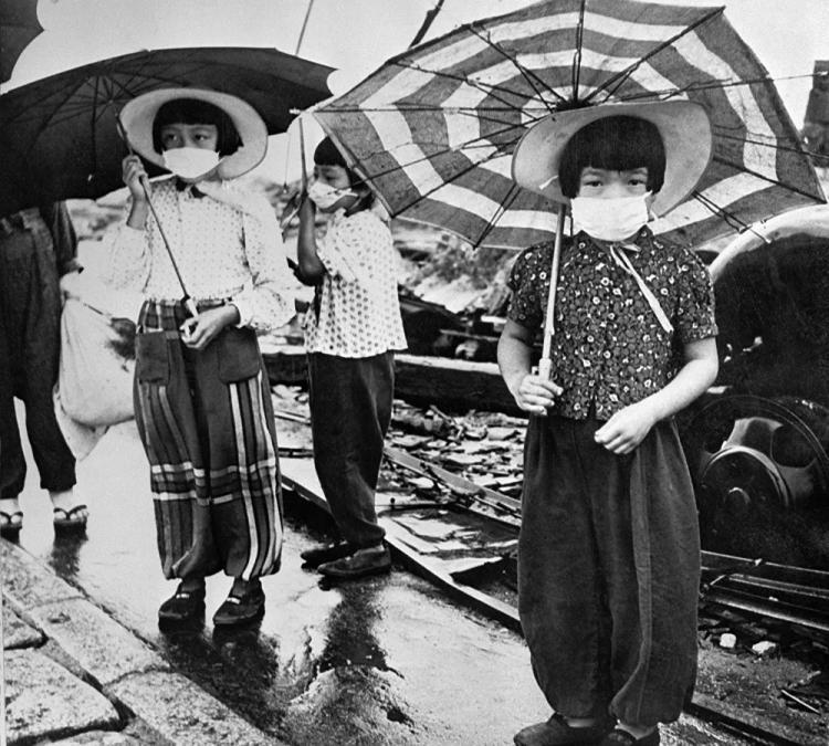 <p>Atom bombası saldırısına uğrayan Japonya'nın Hiroşima kentinde radyasyona karşı koruyucu maske takan çocuklar, 1948</p>  <p></p>