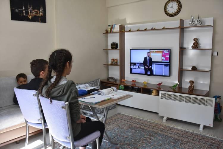 <p>Milli Eğitim Bakanlığı (MEB) tarafından alınan karar ile korona virüsü nedeniyle okulların tatil edilmesinin ardından öğrenciler ilk derslerini EBA televizyondan işledi. Muş'ta eğitim öğretim gören öğrenciler, aileleriyle birlikte Milli Eğitim Bakanı Ziya Selçuk'un saat 09.00'da EBA TV'de işlediği ilk ders ile televizyon karşısına geçti. Korona virüsü tedbirleri kapsamında 16 Mart 2020'de okulların tatil edilmesi ile bugün televizyon başına geçen öğrenciler, derslerini TRT-EBA'dan takip etti.</p>