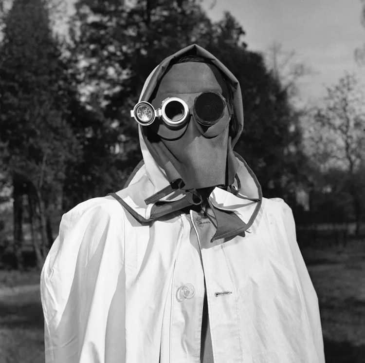 <p>Geçmişte maskelerin birçoğu savaş alanlarında veya salgın hastalıklarda koruma amaçlı olarak kullanılıyordu. Günümüzde yeni teknolojiler sayesinde tedbirler ve korunma yöntemleri geliştirilmiş olsa da dünyayı sarsan yeni tip koronavirüs (Kovid-19) örneğinde açıkça görüldüğü üzere salgın tehdidi hala varlığını sürdürüyor.<br /> <br /> Almanya'nın Hamburg kentinde radyoaktif yağışlardan korunması için takılması tavsiye edilen yüz maskesi, 1957</p>  <p></p>  <p></p>