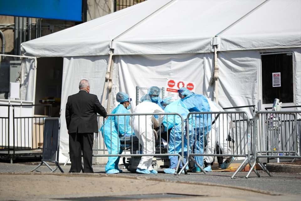 <p>New York'ta 12 binden fazla kişinin Kovid-19 nedeniyle hastaneye kaldırıldığını ve 3 binin üzerinde kişinin yoğun bakımda bulunduğunu bildiren Cuomo, virüs yüzünden ölenlerin sayısının ise 1941'e yükseldiğini ifade etti.</p>  <p></p>
