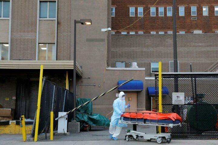 <p>Ülkede normalin üzerindeki ölümler nedeniyle New York şehrinde de morglar doldu, koridorlarda ceset torbaları bekletilmeye başlandı.</p>