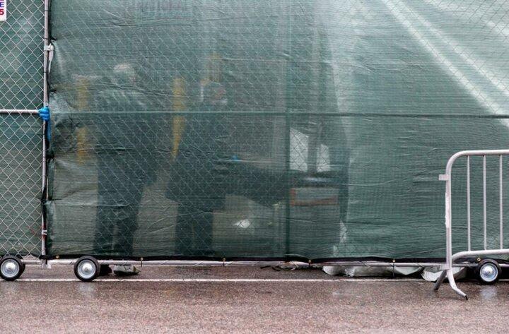<p>New York şehrinde, morg kapasitesinin ek çadır ve mobil morglarla yaklaşık 4 kat artırıldığı bildirilmişti.</p>