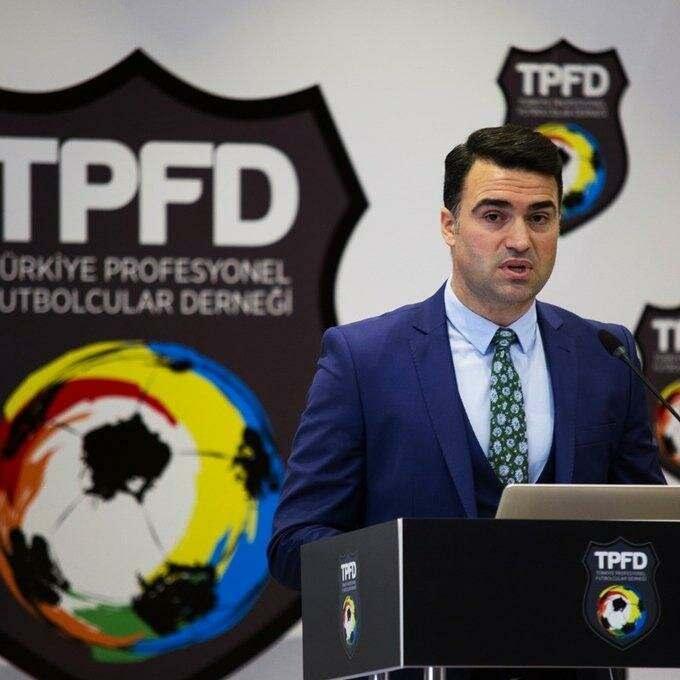 """<p><strong>TPFD</strong></p>  <p>Türkiye Profesyonel Futbolcular Derneği (TPFD), Cumhurbaşkanı Recep Tayyip Erdoğan'ın """"Biz Bize Yeteriz Türkiyem"""" sloganıyla başlattığı Milli Dayanışma Kampanyası'na destek verdi. TPFD'nin Twitter hesabından yapılan açıklamada, kampanyaya destek olmak amacıyla 100 bin liralık bağışta bulunulduğu belirtildi.</p>"""