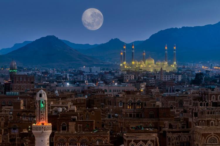 """<p><span style=""""color:#FF8C00""""><strong>YEMEN</strong></span></p>  <p>Yemen resmî adı ile Yemen Cumhuriyeti, Orta Doğu'da, Umman Denizi, Aden Körfezi ve Kızıldeniz kıyısında, Umman'ın batısında Suudi Arabistan'ın güneyinde yer alan bir ülke. Başkenti San'a'dır.<br /> <br /> Nüfusu 28 milyon</p>"""