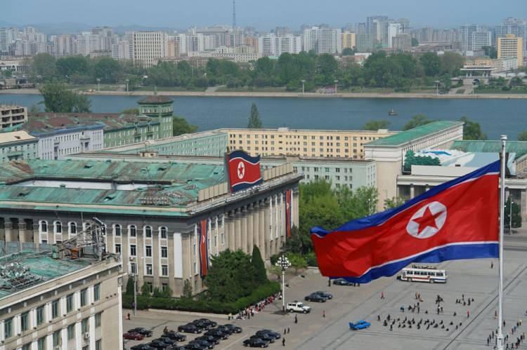 """<p><span style=""""color:#FF8C00""""><strong>KUZEY KORE</strong></span></p>  <p>Kuzey Kore, resmî adıyla Kore Demokratik Halk Cumhuriyeti, Doğu Asya'da Kore Yarımadası'nda bir devlet. Başkenti Pyongyang'dır.<br /> <br /> Nüfusu 25 milyon</p>"""