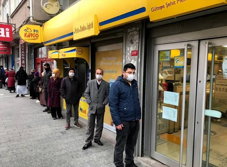 İstanbul'da PTT önlerinde sosyal mesafe önlemi