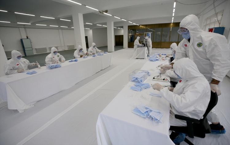 """<p>Milli Savunma Bakanı Hulusi Akar, milli imkan ve kabiliyetleri kullanarak çeşitli tipte maske, tulum ve hijyenik malzeme üretimine başladıklarını belirterek, """"Şu an itibarıyla Dikimevi Müdürlüklerince haftada toplam 1 milyon maske, 5 bin tulum, İlaç Fabrikası Müdürlüğünce de haftada 5 bin litre alkol bazlı dezenfektan üretilmektedir."""" dedi.</p>"""