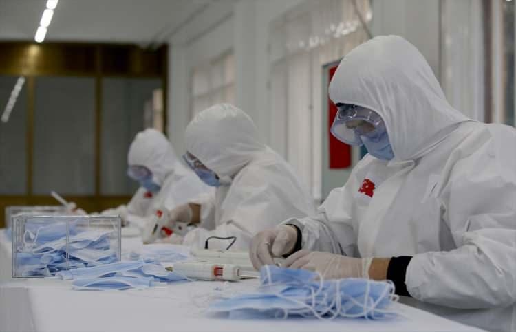 <p>Şu an itibarıyla Dikimevi Müdürlüklerince haftada toplam 1 milyon maske, 5 bin tulum, İlaç Fabrikası Müdürlüğünce de haftada 5 bin litre alkol bazlı dezenfektan üretilmektedir.</p>