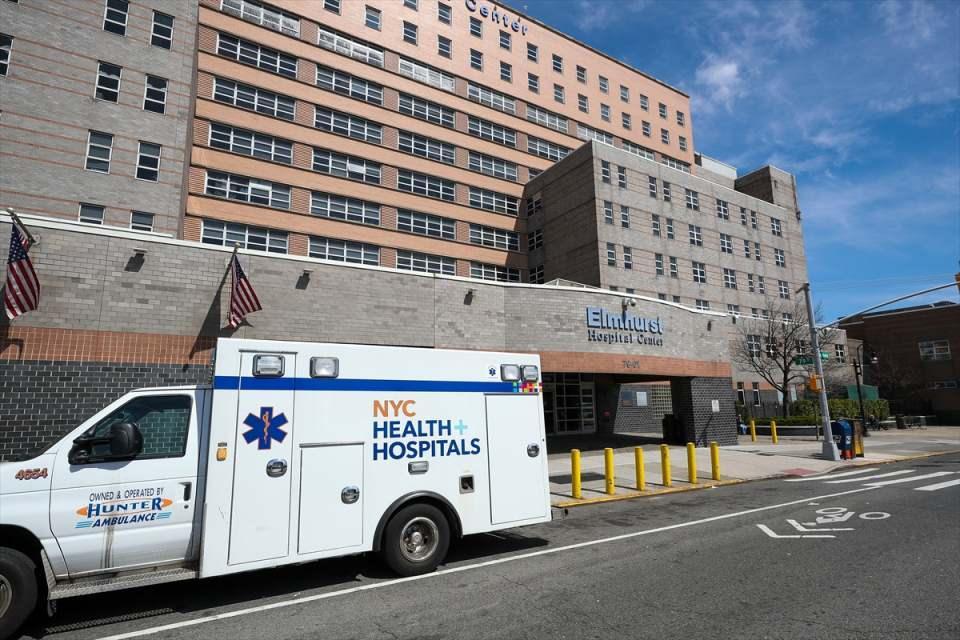 <p>ABD'de yeni tip koronavirüs (Kovid-19) salgınından en fazla etkilenen New York'ta, virüs nedeniyle ölenlerin sayısı neredeyse 2000'e ulaştı.</p>