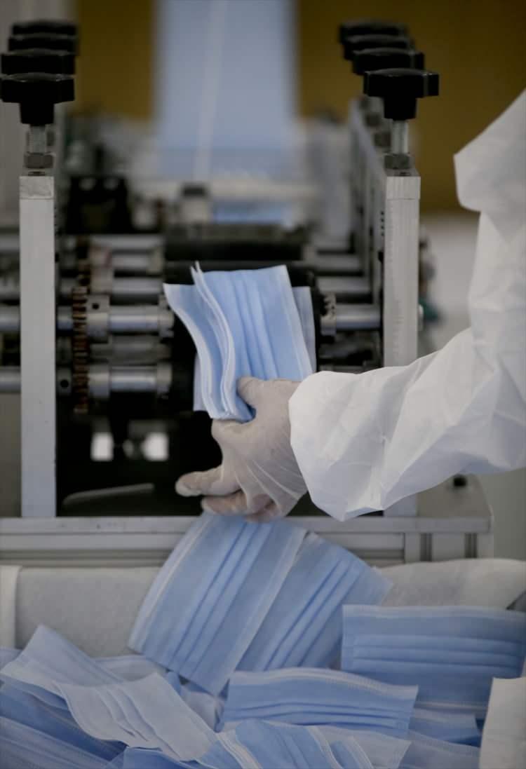 <p>Bu durumda, Makina ve Kimya Endüstrisi Kurumunca da haftada çeşitli tipte 2,5 milyon maske ve yüz bin tulum üretimi için çalışmalarımızı tamamladık.</p>