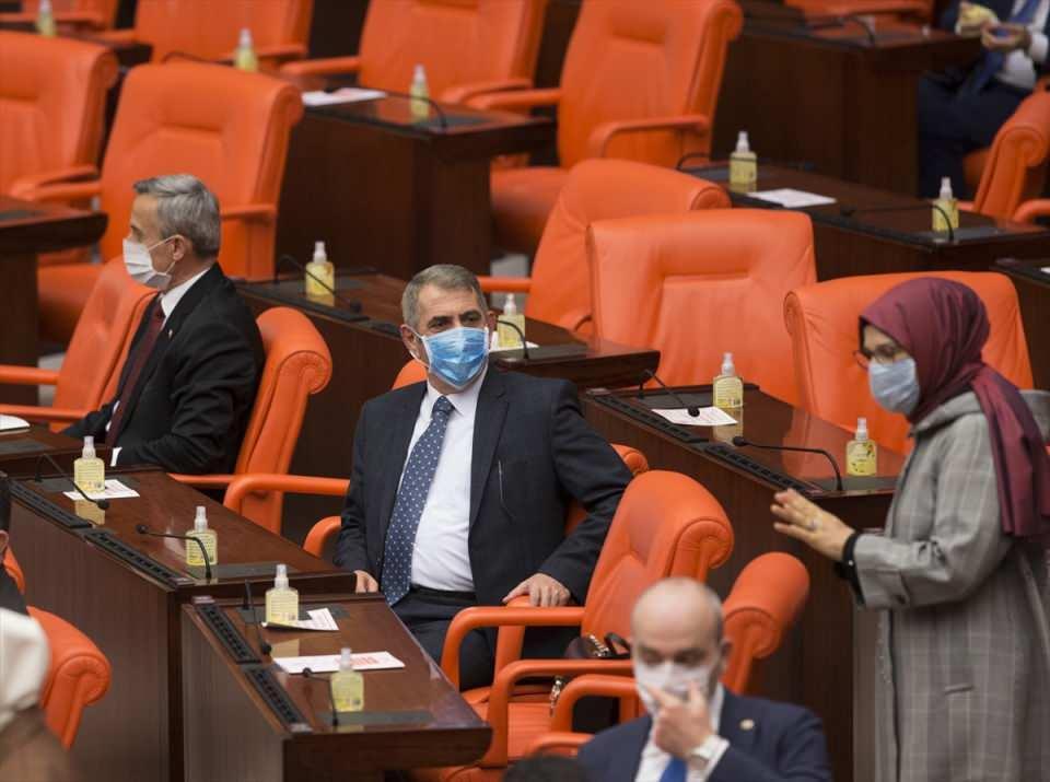 <p>TBMM Başkanvekili Levent Gök milletvekillerine maske takmalarının ve Genel Kurul'da bulunan herkesin maske takmasının zorunlu olduğunu söyleyerek, milletvekili sıralarında milletvekilleri için maske ve el dezenfektanı bulunduğu konusunda uyardı.</p>  <p></p>