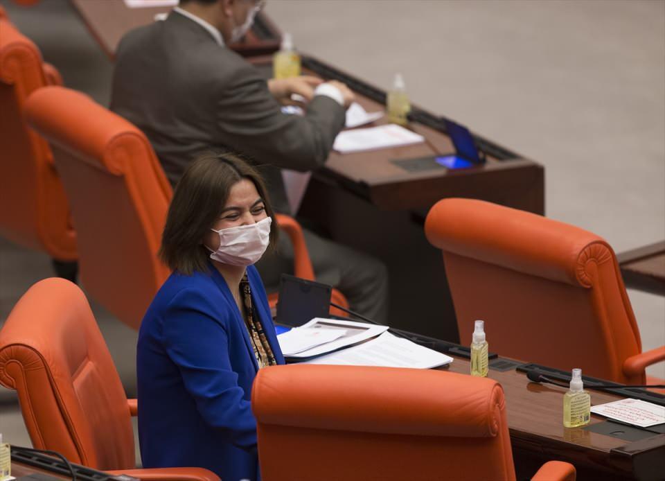 <p>TBMM'de korona virüsü tedbirleri devam ediyor. Şentop'un talimatıyla Meclis personeli ve milletvekillerine maske dağıtımı yapıldığı belirtilerek, milletvekili odalarına dezenfektan ve kolonya da dağıtıldığı ve Meclis giriş kapılarında ve birim amirlerince maske dağıtımı her gün yapılacağı kaydedildi.</p>  <p></p>