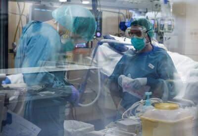 <p>Koronavirüs hastalarının artmasıyla, cerrahi serviste asistan doktor olarak çalışan Sahota, kısa süreli ek eğitim alarak hastanenin yoğun bakım ünitesinde görevlendirilmiş.Hastalarla yüz yüze gelen bir doktor olarak kendisinin büyük resmi anlamlandırmakta güçlük çektiğini belirten Sahota, tek tek hastalar bazında yaşadıklarını şöyle anlatıyor:</p>  <p></p>