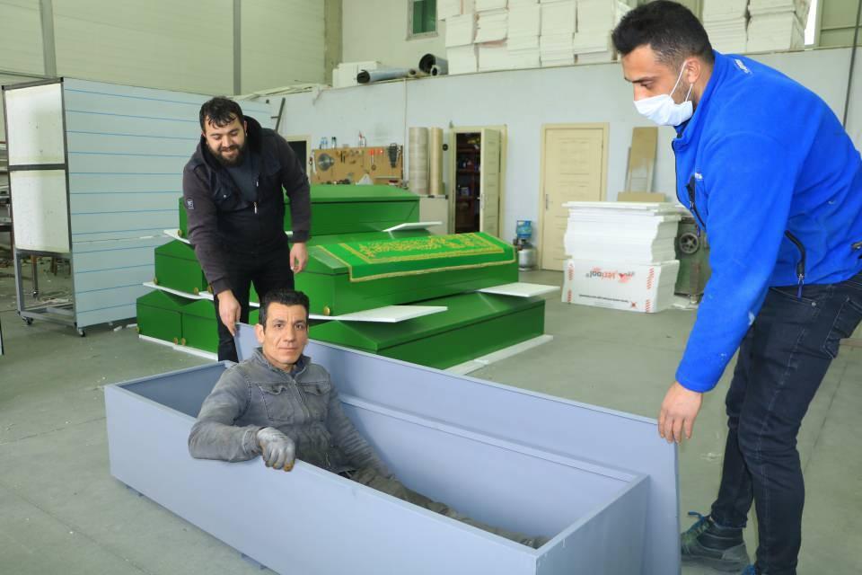 <p>Korona virüse özel Sivas'ta üretilen antibakteriyel tabutlar, Amerika, Almanya, İtalya ve İspanya başta olmak üzere 16 ülkeye ihraç ediliyor.<br /> </p>