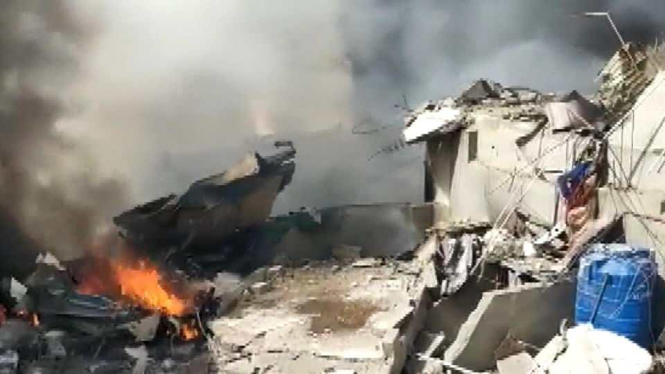 <p>Pakistan Uluslararası Havayolları'na (PIA) ait Lahor-Karaçi seferini yapan Airbus A-320 tipi yolcu uçağı, Karaçi kentindeki havalimanı yakınlarında, yerleşim yerine düştü.</p>  <p></p>