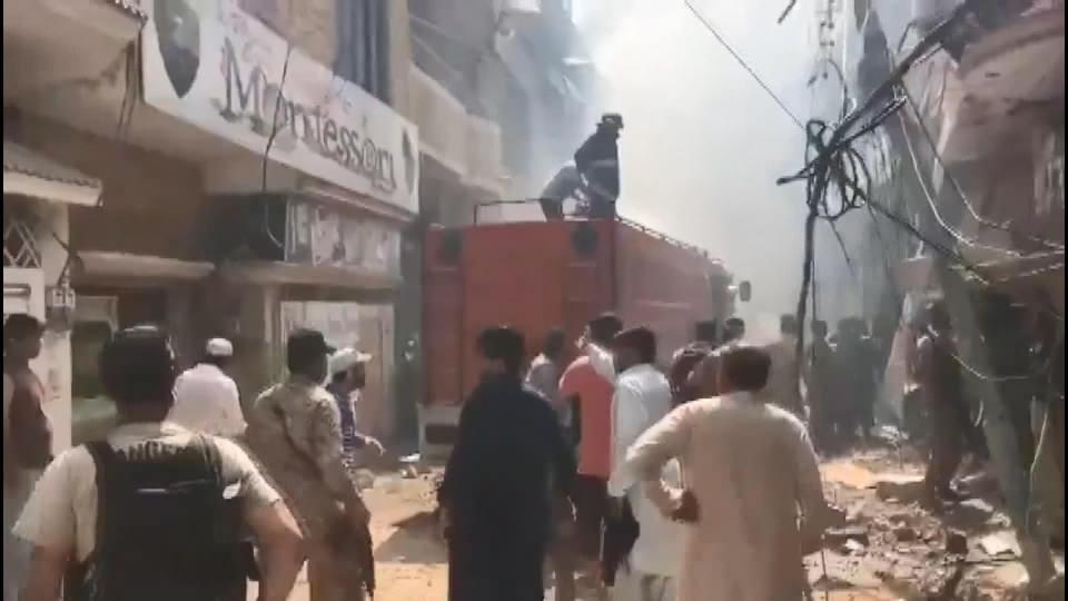 <p>Pakistan Uluslararası Havayolları'na (PIA) ait yolcu uçağı, Karaçi kentindeki havalimanı yakınlarında, yerleşim yerlerine düştü.</p>