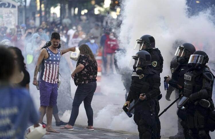<p>ABD Başkanı Trump'ın gösterilerin bastırılması için ordu birliklerine görev verileceğini belirtmesinin ardından George Floyd'un öldürülmesi nedeniyle gösterilerin devam ettiği Minneapolis'e ABD ordusuna bağlı çok sayıda askeri araç girdi. Minneapolis gibi olayların arttığı Los Angeles, Detroit ve Philadelphia'da da sokağa çıkma yasağı ilan edildi. Toplam 25 kentte sokağa çıkma yasağı ilan edildi. İşte ABD sokaklarından son görüntüler...</p>