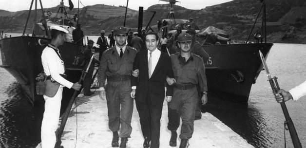 <p>27 Mayıs 1960 askeri darbesi Türk demokrasi hayatında koca bir leke olarak geçmiş bir kara gündür.</p>
