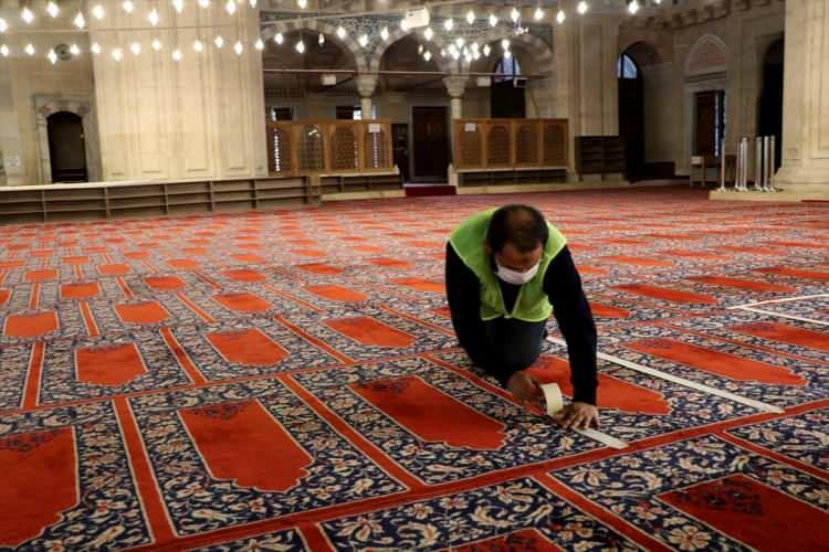 <p>Türk-İslam mimarisinin zirve eseri Selimiye Camisi'nde, yeni tip koronavirüs (Kovid-19) tedbirleri kapsamında vatandaşların seccadesiyle namaz kılacağı alan bantlarla ayrıldı.</p>