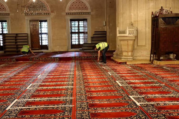 <p>Edirne Müftüsü Emrullah Üzüm, müftülükte gazetecilere yaptığı açıklamada, cuma namazında camiye gelecek vatandaşları tedbirli olmaları yönünde uyardı.</p>
