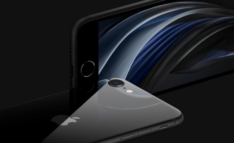 <p>Yenilenen iPhone SE, telefoto kameraya sahip olmasa da iPhone XR ve iPhone 11'deki gibi yazılımsal olarak arkaplanı bulanıklaştırıp, portre modunda fotoğraflar çekebiliyor.</p>  <p>5 kata kadar dijital yakınlaştırma yapabilen telefon, video çekimleri esnasında ortaya çıkabilecek titreşimleri en aza indirmek için OIS (Optik görüntü stabilizasyonu) teknolojisinden istifade ediyor.</p>