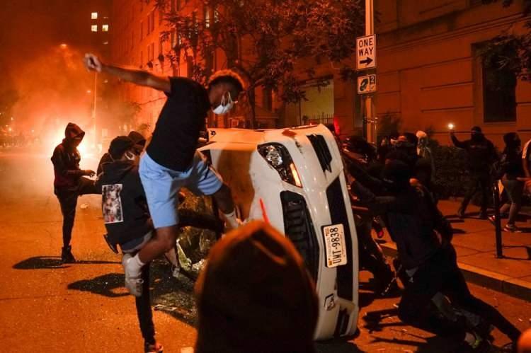 """<p>Özellikle dün geceki protestolarda birçok iş yerinin yağmalandığını ve bazı yerlerin ateşe verildiğini anımsatan Bowser, """"Anayasanın 1. ek maddesi gereği protestocuların gösteri düzenleme hakkı var ama bunu yaparken şehrimizi yakıp yıkmamalılar."""" ifadesini kullandı.</p>  <p></p>"""