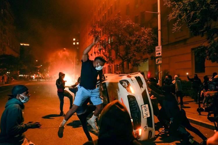 """<p>Bowser, güvenlik güçlerinin kent genelinde asayişi sağlamaya çalıştıklarına dikkati çekerek, """"Bu akşamdan geçerli olmak üzere Washington DC'de iki günlük sokağa çıkma yasağı ilan ediyoruz."""" dedi.</p>  <p></p>"""