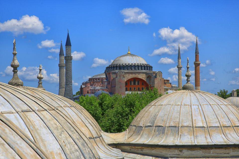 <p>Bunların arasında Sultan Üçüncü Murat, Sultan Üçüncü Mehmet, Safiye Sultan ve Nurbanu Sultan da var.</p>  <p></p>