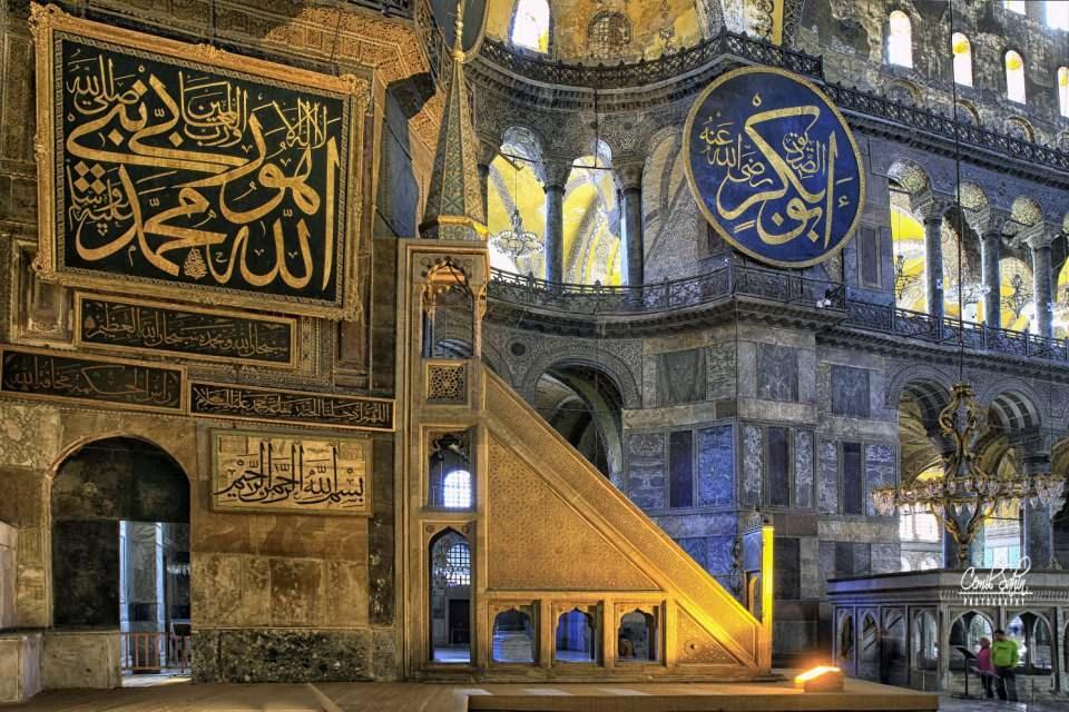 <p>Fatih Sultan Mehmet'in 29 Mayıs 1453'te İstanbul'u fethiyle birlikte camiye çevrilen ve yüzyıllarca cami olarak hizmet veren Ayasofya, fethin günümüze ulaşan en önemli sembollerinden biri olarak ön plana çıkıyor.</p>  <p></p>