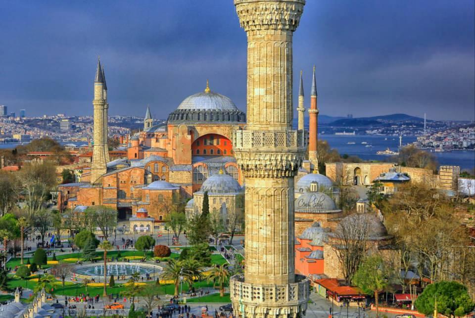 <p>Sanat ve mimarlık tarihi bakımından dünyanın önde gelen yapılarından olan Ayasofya, en çok ziyaret edilen müzeler arasında yer alıyor.</p>