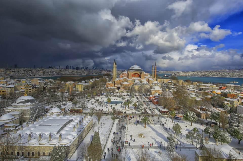 <p>Diğer iki minare de Sultan İkinci Selim zamanında, Mimar Sinan tarafından yenileme çalışmaları sırasında inşa edildi. Bu sebeple Ayasofya'nın farklı zamanlarda yapılan 4 minaresi birbirinden farklı.</p>  <p></p>