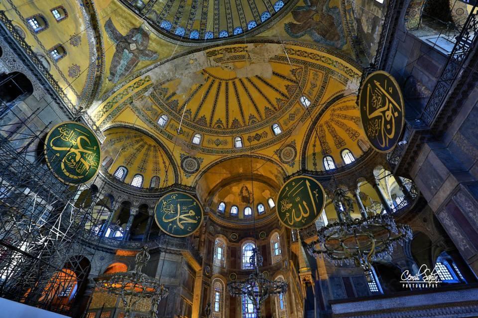 <p>1 Haziran 1453'te İstanbul'daki ilk Cuma namazını burada kılan Fatih Sultan Mehmet, Ayasofya'nın Osmanlı yönetimi altında cami olarak hizmet vereceğini duyurdu. Mihrap ve minber yapıldı, çan ve Haç kaldırıldı. Mozaiklerin üstü kapatıldı.</p>  <p></p>