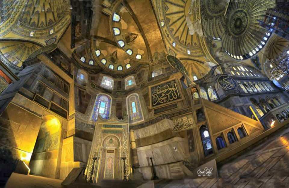 <p>Yapımına 532 yılında başlandı ve beş yıl gibi bir sürede bitirilerek, 537'de büyük bir törenle ibadete açıldı. İstanbul'un Fatih Sultan Mehmed tarafından fethiyle camii olarak yeniden düzenlendi.</p>