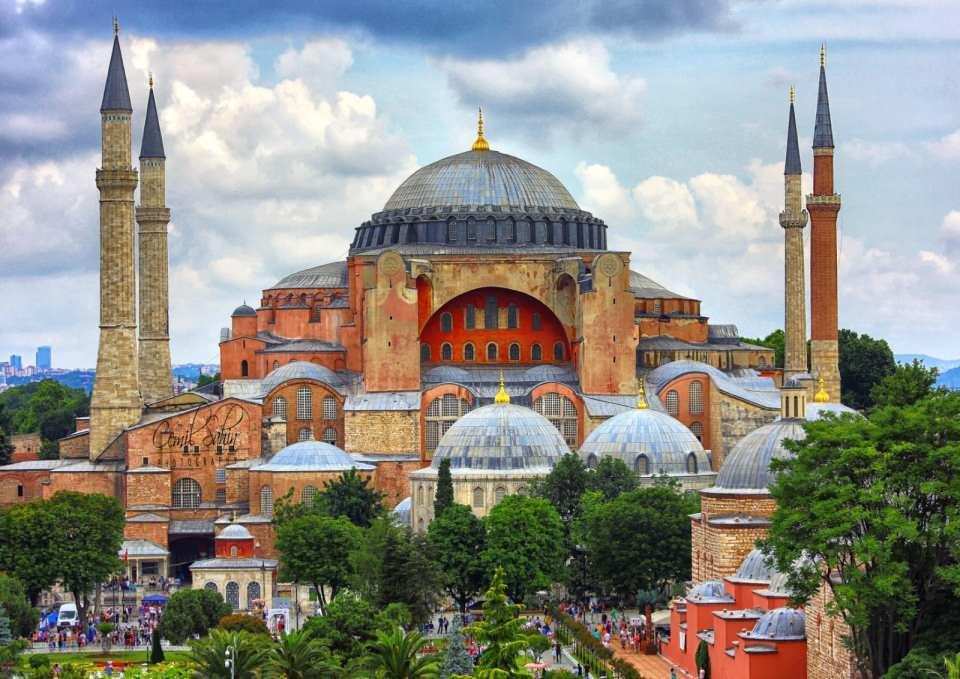 <p>İkinci Selim'in türbesi Ayasofya içindeki ilk padişah türbesi oldu. Ayasofya'da, içinde padişahların, eşlerinin ve şehzadelerin de yer aldığı 43 farklı türbe bulunuyor.</p>  <p></p>