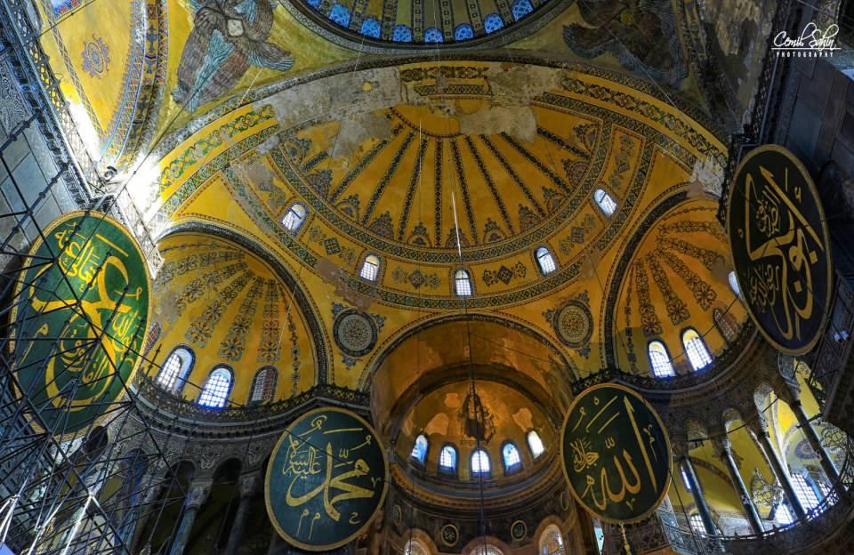 <p>8. üzyıldaki ikona yasağından sonraki figürlü mozaiklerden de, kucağında çocuk İsa ile tasvir edilen Hz. Meryem, Hz. Cebrail, Hz. Mikail ve Vazftizci Yahya İle Deisis Sahnesi mozaikleri mutlaka görülmeli. Sultan Abdülmecid'in Mozaik Tuğrası ise 1847-1849 arası Fossati Kardeşlerin onarımları sırasında yaptırılmış.</p>  <p></p>